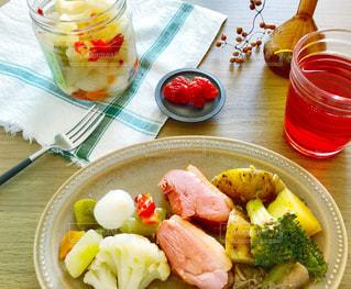 テーブルに野菜たっぷりな低糖質のダイエットメニューの写真・画像素材[1630992]