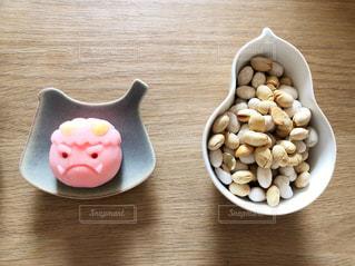 節分の鬼のお菓子と豆まき用の豆の写真・画像素材[1750456]