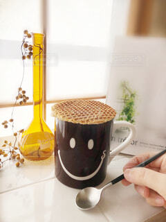 屋内の窓辺のコーヒーカップの写真・画像素材[1796002]