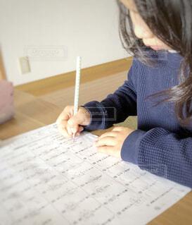 デスクで宿題をしている女の子の写真・画像素材[1820585]