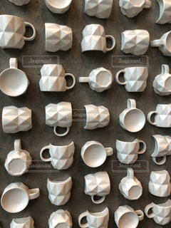 たくさんのコーヒーカップが埋め込まれた壁の写真・画像素材[1823814]