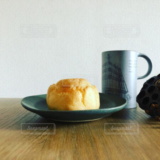 シュークリームとコーヒーの写真・画像素材[1828534]