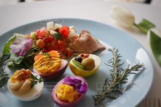テーブルの上にイースター用の卵料理の写真・画像素材[1851175]