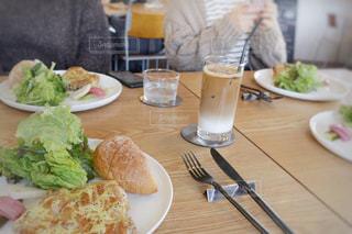 カフェにてテーブルの上にチキンソテーのプレートの写真・画像素材[1852161]
