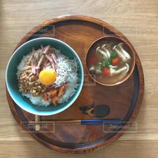 朝ごはんの光景、卵かけごはんにしらすとたけのこ昆布とキムチを加えたものと味噌汁の写真・画像素材[1987219]