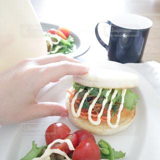 イングリッシュマフィンで作った野菜たっぷりのサンドイッチの写真・画像素材[2063707]