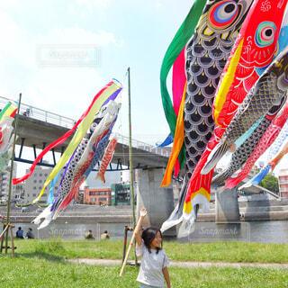 河川敷で鯉のぼりと女の子の写真・画像素材[2116380]
