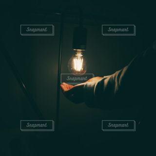 灯りと手の写真・画像素材[2117393]