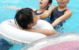 水のプールの中の女の子の写真・画像素材[2120352]