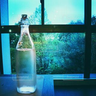 窓の横にあるガラス瓶の写真・画像素材[2120355]