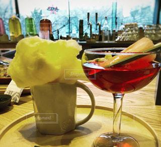 テーブルの上に1杯のワインが置かれるの写真・画像素材[2122804]