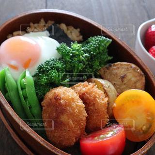 皿の上の様々な種類の食物で満たされたボウルの写真・画像素材[2125582]