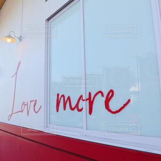 窓に赤と白のサインの写真・画像素材[2130143]