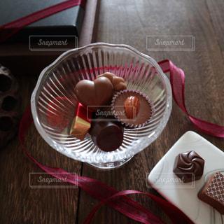 テーブルの上にチョコレートの写真・画像素材[2134843]