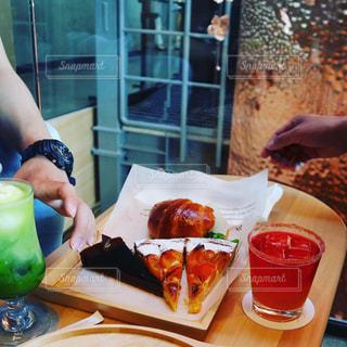 カフェの店内でケーキとタルトとアイスドリンクをの写真・画像素材[2153997]