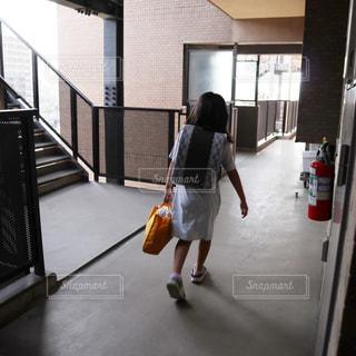 小学生のランドセルを背負った後ろ姿の写真・画像素材[2155557]