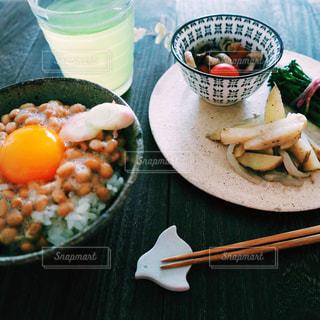 テーブルの上に納豆ごはんとおかずなど和食の写真・画像素材[2163299]