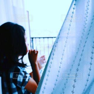 部屋からシャボン玉を吹く女の子の写真・画像素材[2166752]