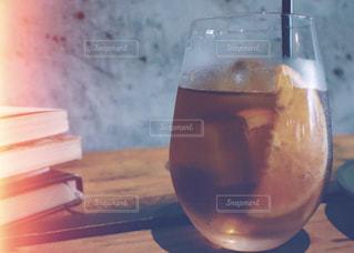 テーブルの上のガラスコップの飲み物のクローズアップの写真・画像素材[2184540]