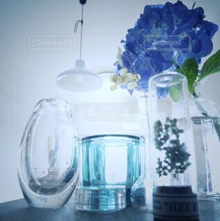 テーブルの上のガラスびんのグループの写真・画像素材[2202569]