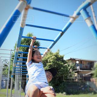 父親とうんていで遊ぶ女の子の写真・画像素材[2223568]