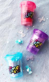 ポップなスライムのプラスチックカップの写真・画像素材[2224237]