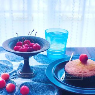 さくらんぼとケーキの写真・画像素材[2242666]