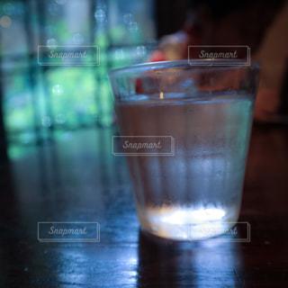 純喫茶でテーブルにお水の写真・画像素材[2244948]
