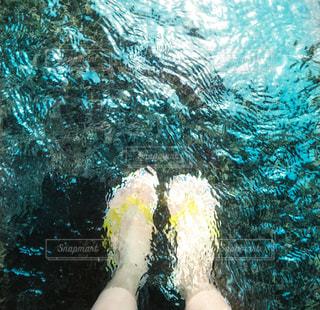 川の水に足を浸けた女の子の写真・画像素材[2246747]