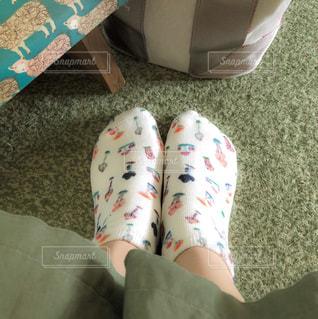 きのこの模様のソックスを履いた足の写真・画像素材[2260295]