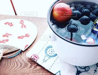 ホーローに氷水を張り、果物を冷やして涼を取るの写真・画像素材[2321806]