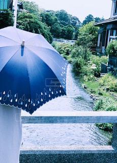青い傘を持っている人の写真・画像素材[2321873]