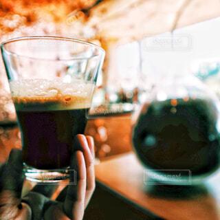 カフェにてコーヒーを飲むの写真・画像素材[2325657]