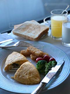 皿の食べ物とコーヒー1杯の写真・画像素材[2340814]