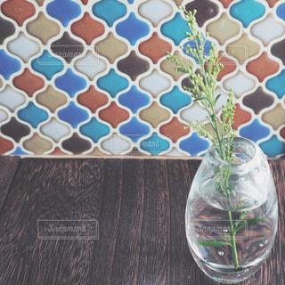 テーブルの上のガラスの花瓶のクローズアップの写真・画像素材[2343586]