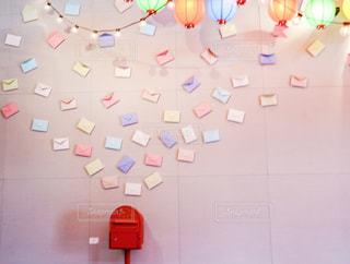 ピンクの壁にレトロなポストのフォトスポットの写真・画像素材[2474679]