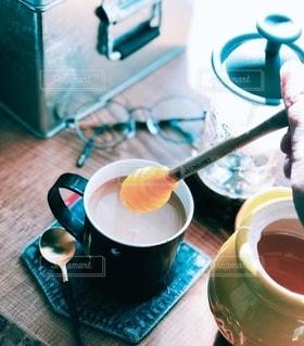 テーブルの上でコーヒーを一杯飲むの写真・画像素材[2546365]