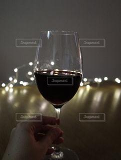 ワインを一杯握る手の写真・画像素材[2771164]