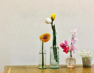 テーブルの上に花の花瓶の写真・画像素材[3063412]