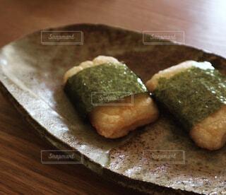 木製のまな板の上に座っているパンの写真・画像素材[4047966]