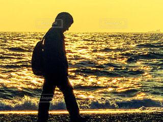 海辺を歩く人の写真・画像素材[1658849]