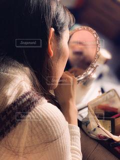化粧中の女性の写真・画像素材[1688588]