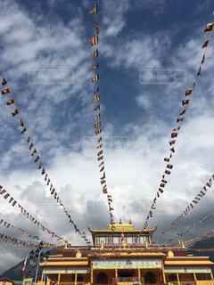 たくさんの旗があるチベット寺院の写真・画像素材[4232864]