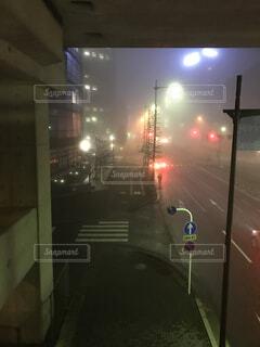 霧がかった夜道の写真・画像素材[1485178]