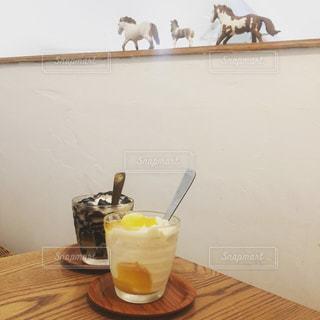 テーブルの上のコーヒー カップの写真・画像素材[1485626]