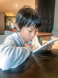 kindleでまんがを読んでいるところの写真・画像素材[1502956]