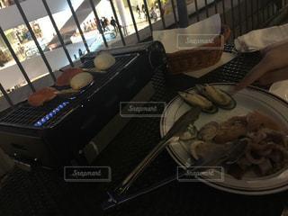 テーブルの上に食べ物の写真・画像素材[1520737]