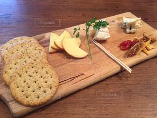 木製のまな板の上に座ってピザの写真・画像素材[1522273]