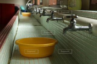 昭和感漂う共同洗面所での水の垂れ流しの写真・画像素材[1490732]