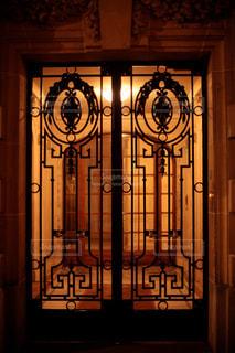 パリのアパルトマンの玄関扉。の写真・画像素材[1494652]